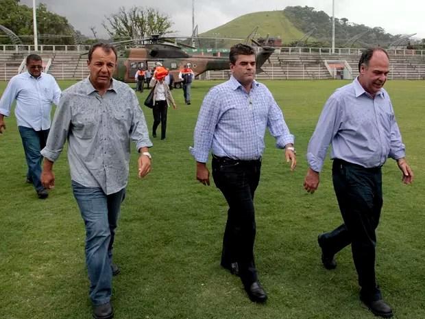 Governador Sérgio Cabral e o Ministro da Integração Nacional, Fernando Bezerra, sobrevoaram as áreas atingidas pela chuva em Xerém (Foto: Marino Azevedo / Governo do Estado do RJ)