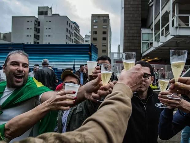 Grupo faz brinde com champanhe para comemorar impeachment de Dilma Rousseff (Foto: Taba Benedicto/Agência O Dia/Estadão Conteúdo)