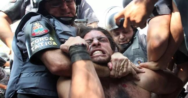 Rafael Lusvarghi quando foi preso em São Paulo durante portesto contra a Copa, em 12 de junho de 2014 — Foto: Robson Fernandes/Arquivo Estadão Conteúdo - 12/06/2014