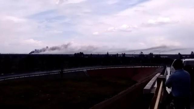 Fumaça de avião modelo Embraer 190, da Aeroméxico, que caiu próximo ao aeroporto de Durango, no México (Foto: Francisco Javier Castrellon/via Reuters)
