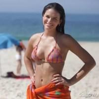Bruna Marquezine grava de biquíni com elenco de Em Família na praia