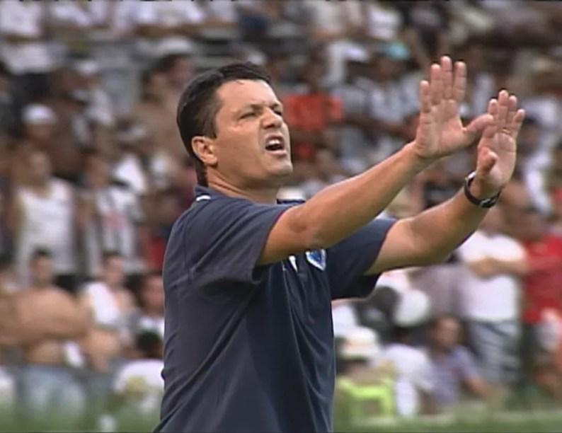 Adilson Batista deixou o comando do Cruzeiro em 2010; sendo bicampeão do Campeonato Mineiro em cima do Atlético-MG — Foto: Reprodução / TV Globo Minas