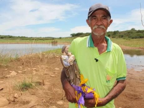 Crispin Rodrigues diz que plantação de milho e feijão está morrendo (Foto: Taisa Alencar / G1)