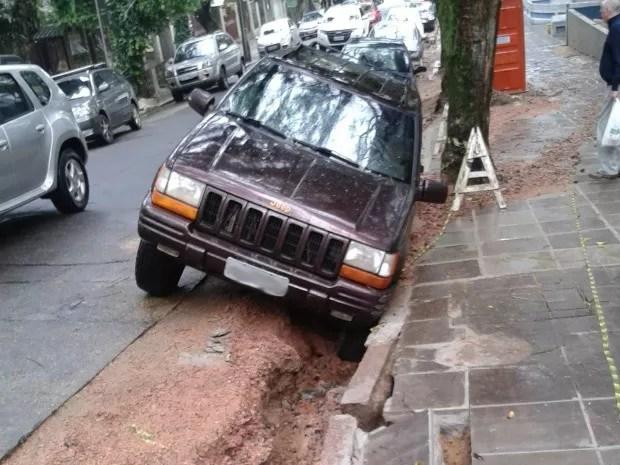 Carro afundou em buraco quando estava estacionado (Foto: Arquivo Pessoal)