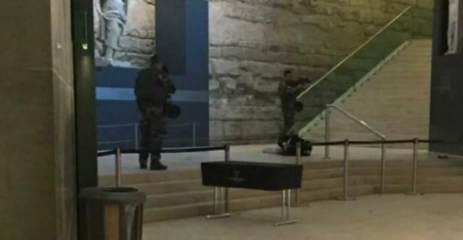 BFMTV divulgou a imagem da prisão do suspeito de participar do ataque no Carrousel du Louvre (Foto: Reprodução Twitter/ BFMTV)
