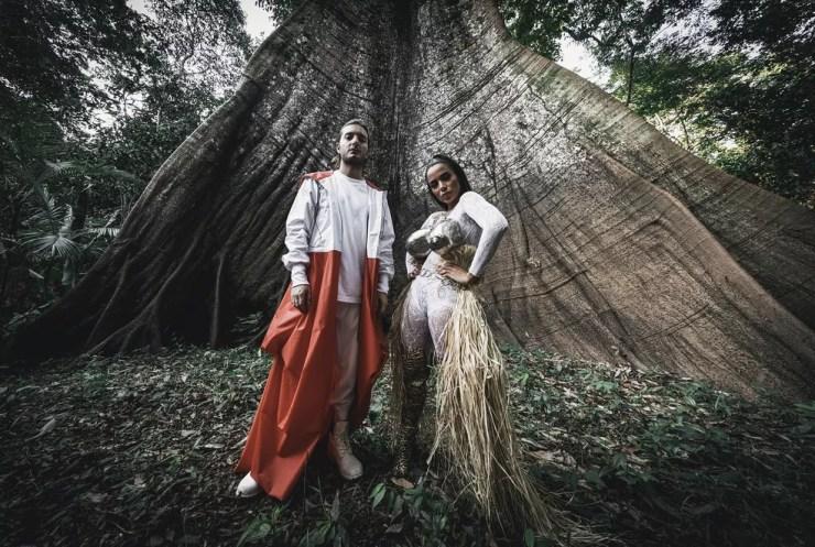 Anitta posa com Alesso na Amazônia (Foto: Junior Marques/Divulgação)