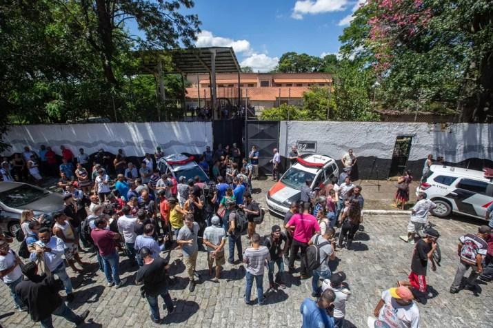 Familiares e amigos aguardam por informações na entrada da  Escola Estadual Raul Brasil em Suzano, na Grande São Paulo. Dois criminosos encapuzados mataram oito pessoas no local e cometeram suicídio em seguida  — Foto: Suamy Beydoun/AGIF/Estadão Conteúdo