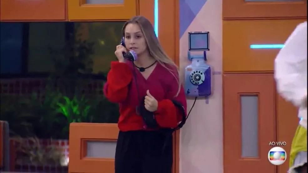 Carla Diaz atende ao Big Fone deste sábado, 27/2, e indica três participantes ao Paredão — Foto: Globo