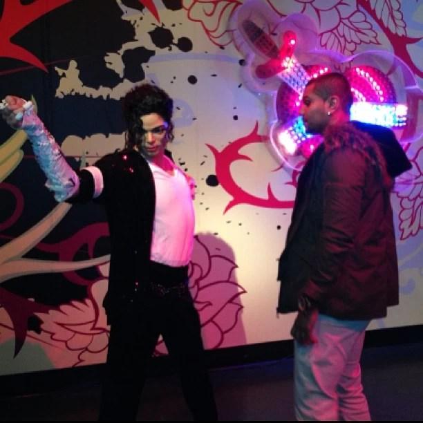 Naldo com estátua de Michael Jackson (Foto: Instagram/ Reprodução)