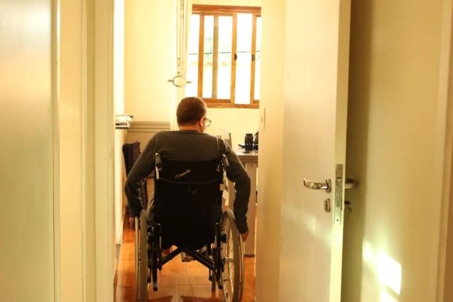 Nelson precisou de cadeira de rodas após apresentar melhora durante o tratamento (Foto: Camila Forti/G1)