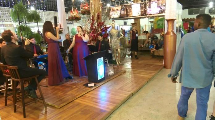 Dentro do Parque, na Femuar, em um estande de organização de festa, teve encenação de casamento — Foto: Rede Amazônica/Reprodução