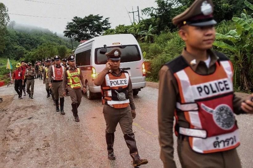 Policiais fazem a segurança no entorno da caverna Tham Luang, na Tailândia Ye Aung Thu / AFP (Foto: Ye Aung Thu / AFP)