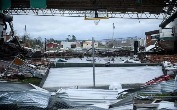Estrutura destruída pela passagem do furacão Michael em Panama City, na Flórida, na quarta-feira (10) — Foto: Brendan Smialowski/AFP