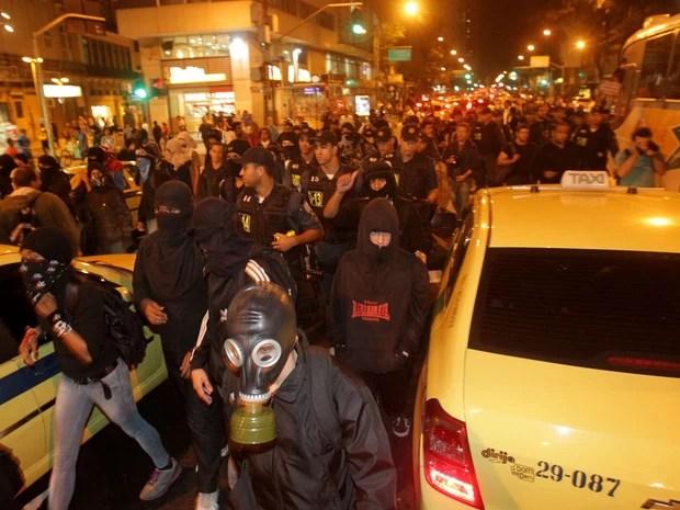 Integrantes do Black Bloc protestam pelas ruas do centro do Rio de Janeiro (Foto: Marcos de Paula/Estadão Conteúdo)