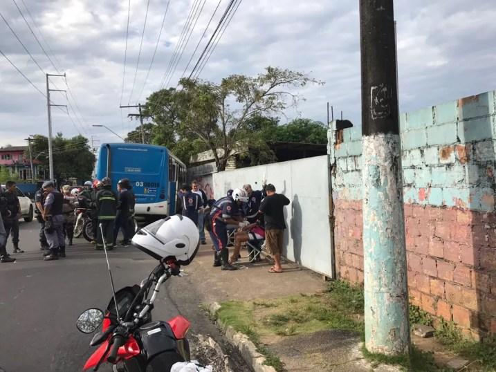 Acidente entre carro e ônibus ocorreu na manhã desta quinta (Foto: Laura Lys/Rede Amazônica)