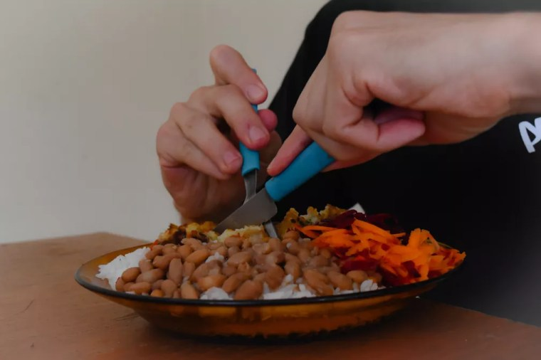 Irmãos gêmeos veganos simplificam a rotina e priorizam alimentos simples como arroz, feijão, legumes e vegetais — Foto: Victória Cócolo/G1