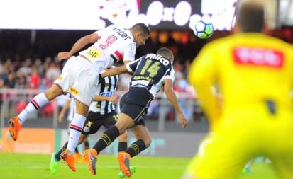 Diego Souza cabeceia para o gol e decreta vitória no San-São do primeiro turno — Foto: Marcos Ribolli