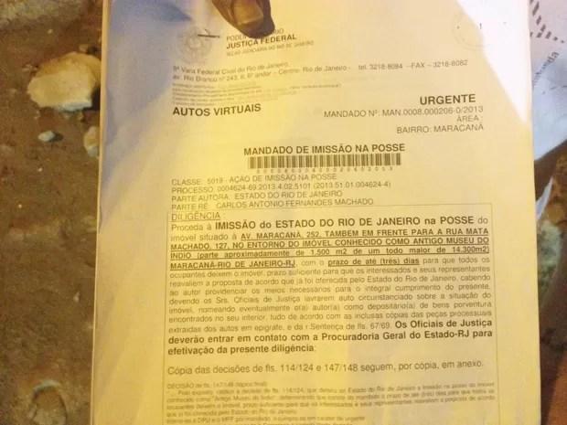 Documento deixado nesta sexta por dois oficiais de Justiça, alegando que os índios têm até segunda-feira para deixar o local (Foto: Lívia Torres/G1)