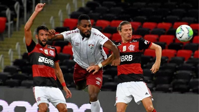 Após cobrança de falta, Luccas Claro ganha de Filipe Luís e marca para o Fluminense — Foto: Mailson Santana / FFC