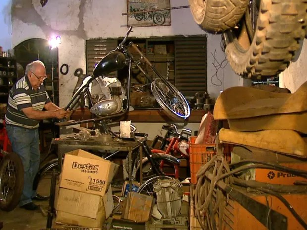 Colecionador montou oficina nos fundos da casa para restaurar motos (Foto: Felipe Lazzarotto/EPTV)