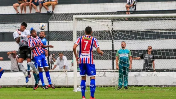 Alef Manga sobe para marcar o primeiro gol do ASA