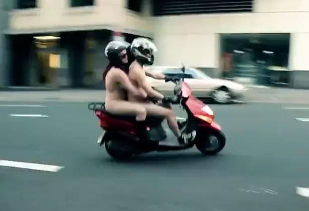 Eles tiraram a roupa dentro de uma campanha chamada 'Naked Me'. (Foto: Reprodução)