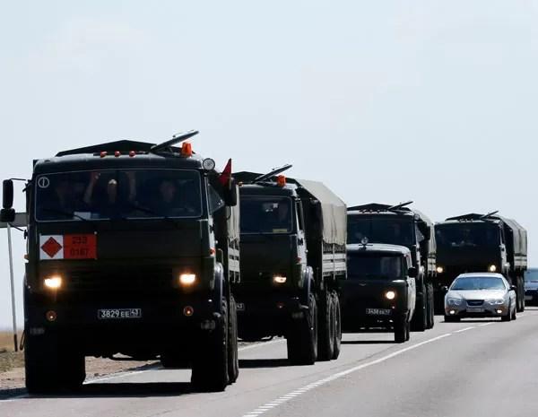 Comboio de veículos militares russos passa por estrada perto da fronteira com a Ucrânia. (Foto: Maxim Shemetov/Reuters)