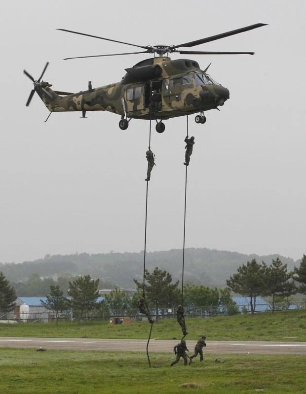 Exército sul-coreano faz apresentação com novo helicóptero (Foto: Ahn Young-joon/AP)
