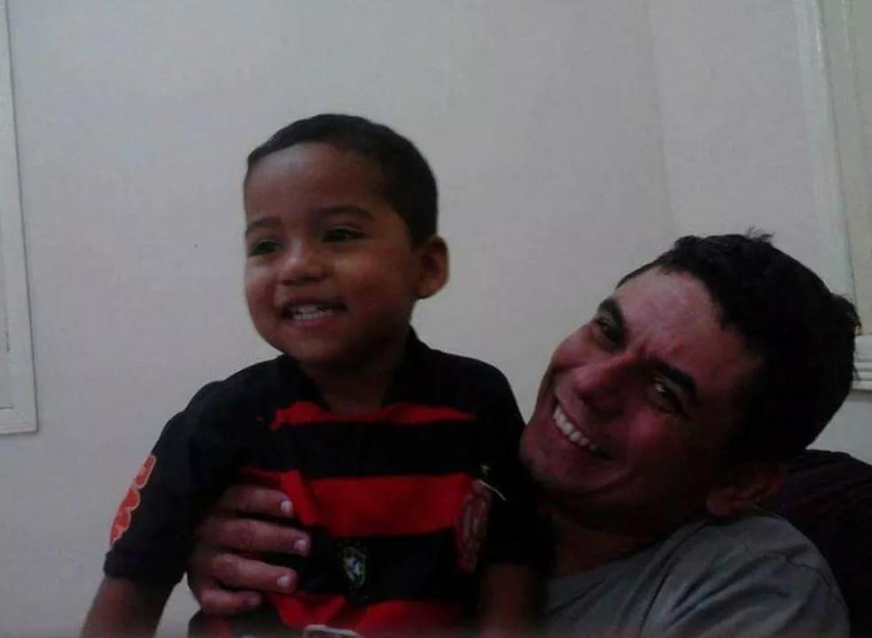 Família mostra uma das últimas fotos do pequeno ao lado do pai  (Foto: Sidilene Lima/Arquivo pessoal )