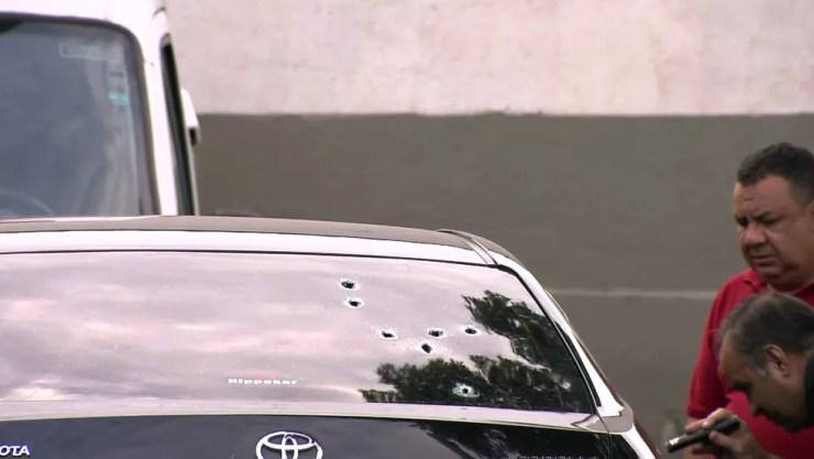 Disparos no carro do ex-deputado Osvaldo Vergínio — Foto: Reprodução/ TV Globo