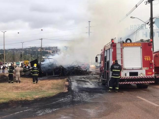Caminhão ficou completamente destruído pelas chamas — Foto: Walter Quevedo
