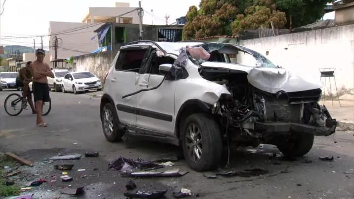 Carro de vítima ficou destruído após capotar — Foto: Reprodução/TV Globo