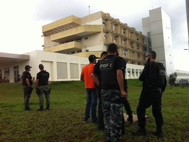 Homens da DOE acompanham negociação durante sequestro em hospital do Paranoá (Foto: Lucas Nanini/G1)