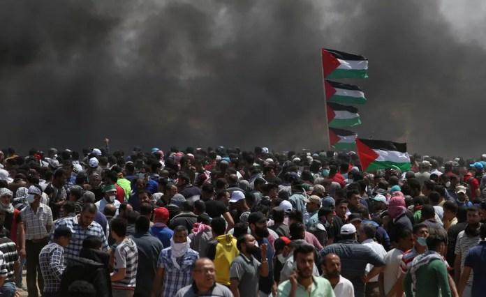 Manifestantes protestam na Faixa de Gaza, perto da fronteira com Israel, nesta segunda-feira (14), dia em que Israel completa 70 anos e em que os EUA inauguram sua embaixada em Jerusalém (Foto: Ibraheem Abu Mustafa/Reuters)