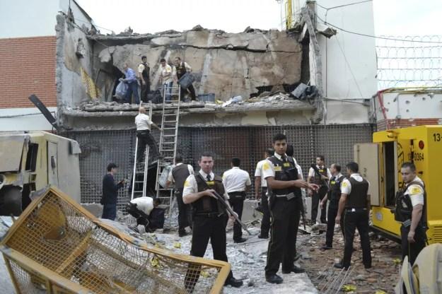 Assaltantes usaram explosivos para explodir o cofre da Prosegur em Ciudad del Este, no Paraguai (Foto: AP Foto/Mariana Ladaga/Diario ABC Color)