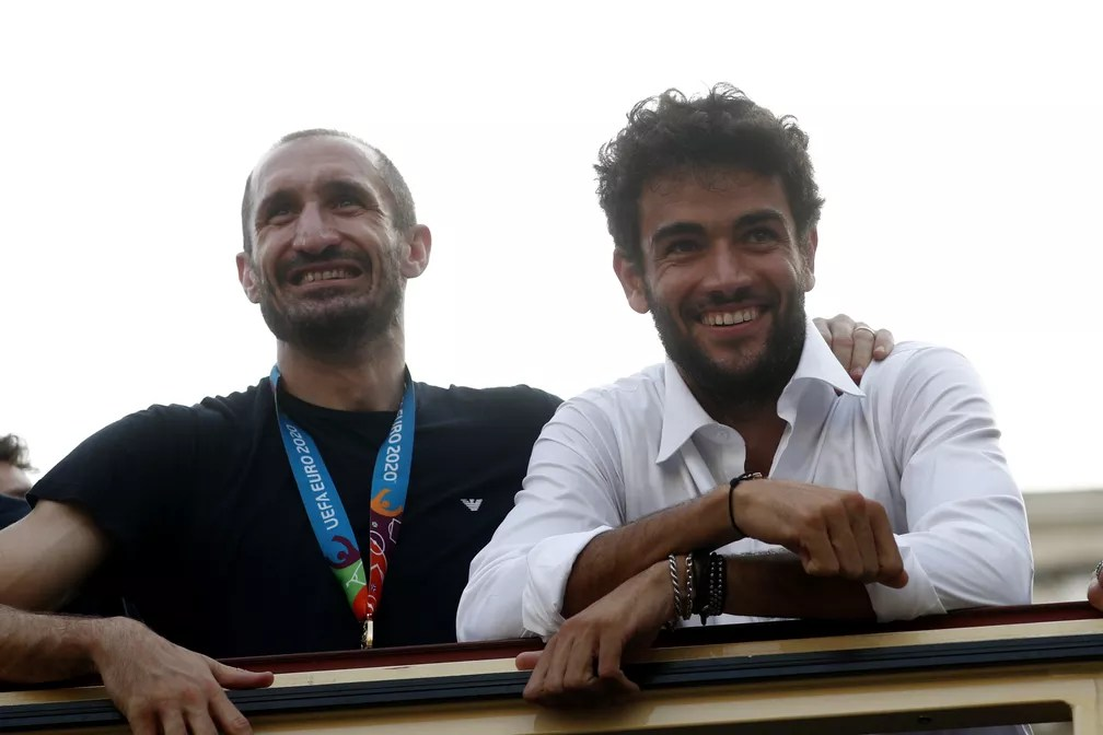 Chiellini e o tenista italiano vice-campeão de Wimbledon, Matteo Berrettini, durante desfile da Itália — Foto: Guglielmo Mangiapane/Reuters