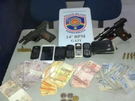 Material foi apreendido com a dupla suspeita de asslto em Serra Talhada (Foto: Divulgaçã/Polícia Militar)