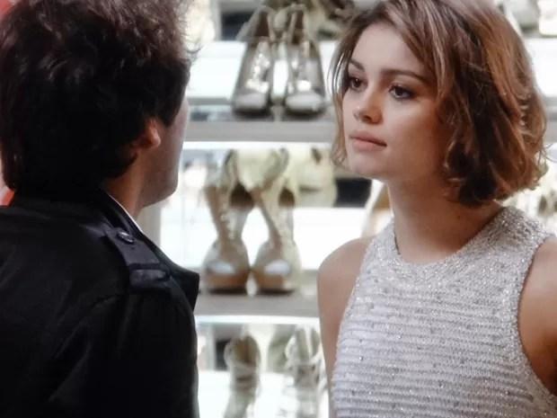 Fabinho diz para Amora se afastar de Bento e ela fica passada com a audácia (Foto: Sangue Bom/TV Globo)