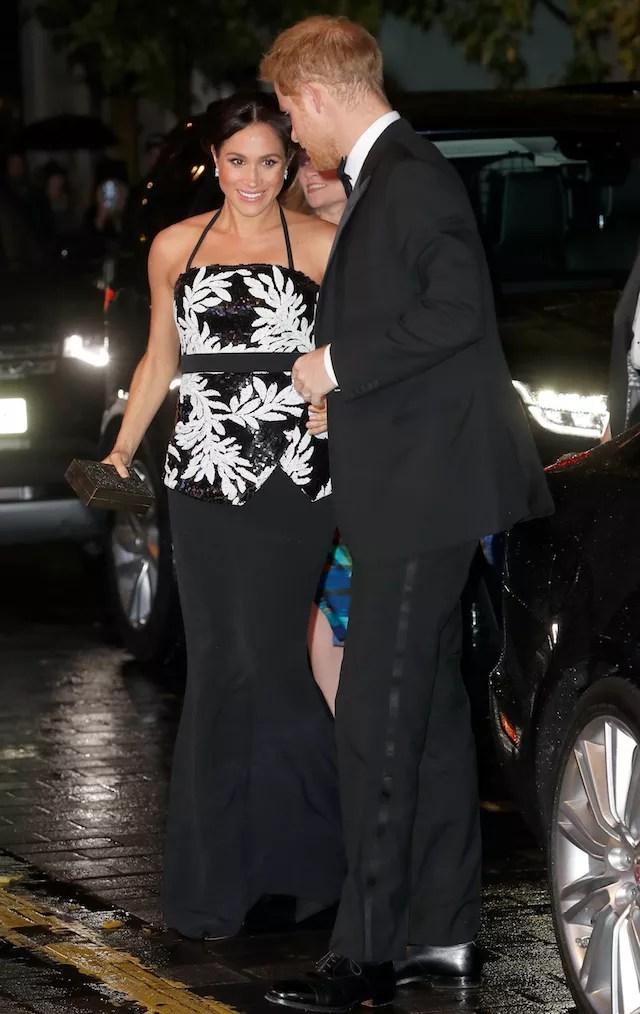 Meghan Markle e o Príncipe Harry chegam ao Royal Variety Performance Gala (Foto: Getty Images)