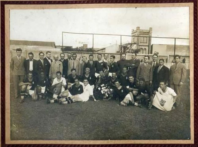 Jogadores e dirigentes que conquistaram o título paulista de 34 na Rua Javari — Foto: Divulgação