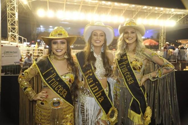 Corte da Festa do Peão de Americana dá boas-vindas aos visitantes na 1ª noite do evento — Foto: Júlio César Costa/G1