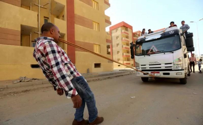 Hussein puxou um caminhão segurando uma corda com os dentes (Foto: Mohamed Abd El Ghany/Reuters)