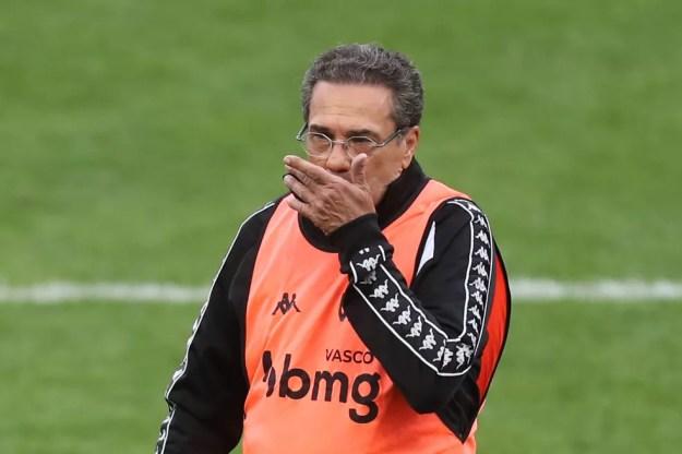 Vanderlei Luxemburgo pede salários dos jogadores em dia para acertar com o Cruzeiro — Foto: ALEX SILVA/ESTADÃO CONTEÚDO