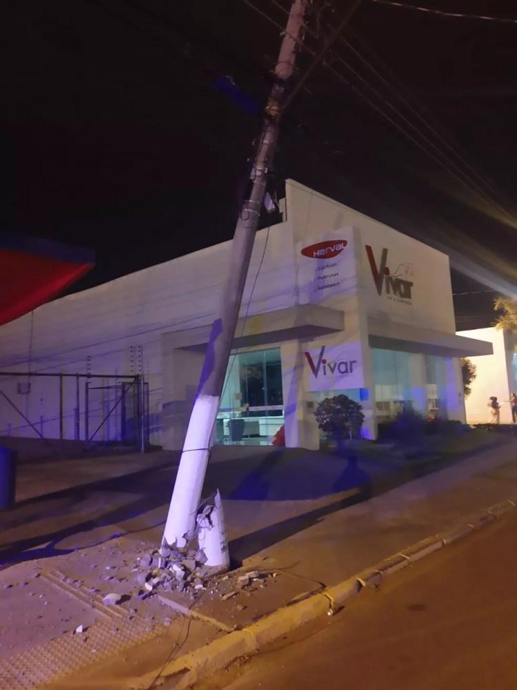 Poste atingido por carro em Rondonópolis. — Foto: PM-MT