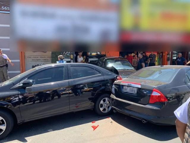 Um dos veículos atingiu a fachada de uma loja de cucas e bolos. — Foto: Brigada Militar/Divulgação