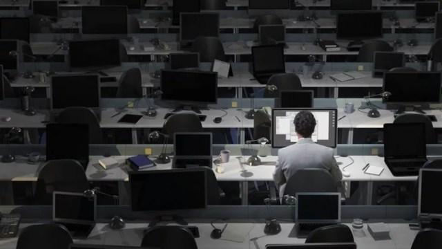 Os turnos de trabalho noturno podem causar distúrbios do sono que são prejudiciais — Foto: Getty Images