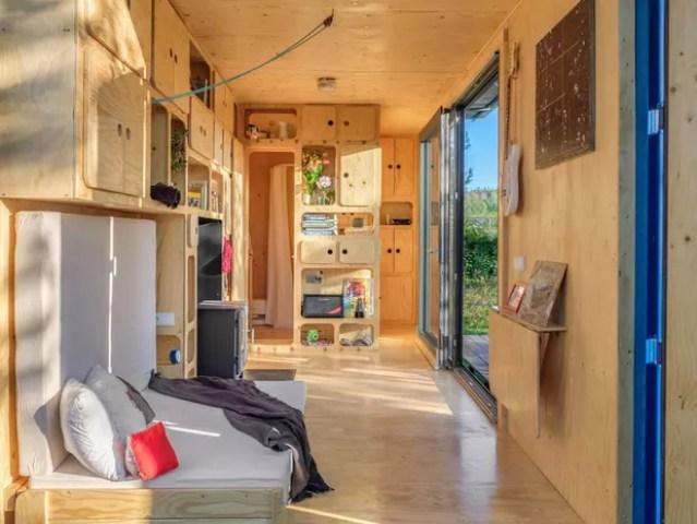 Casa sustentável feita em contêiner aproveita energia solar e eólica (Foto: Pin-Up Houses )