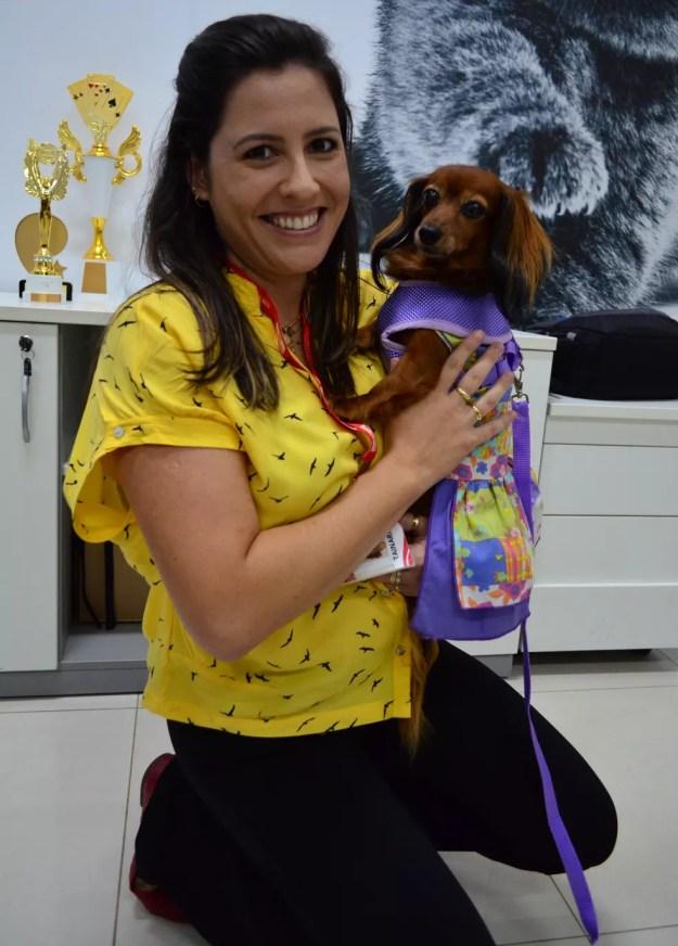 A analista Tainara Oliveira foi uma das primeiras a levar sua cachorrinha para o trabalho em empresa de Descalvado (Foto: Fabiana Assis/G1)