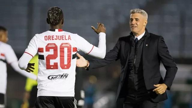 Orejuela é cumprimentado por Crespo após gol