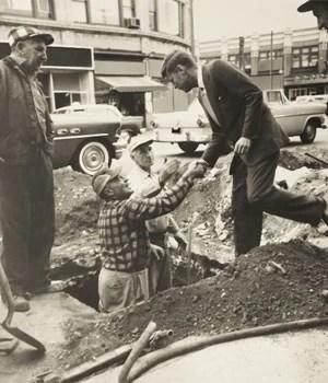 O então senador dos Estados Unidos John F. Kennedy aperta a mão com os trabalhadores em Medford Square, em Medford, Massachusetts, em foto de junho de 1958  (Foto: Cecil Stoughton/The White House/John F. Kennedy Presidential Library/Reuters)
